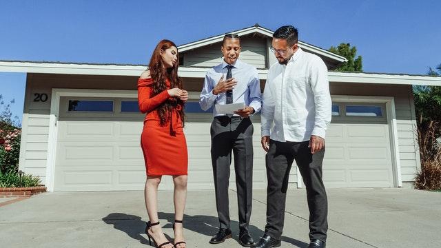 Acheteur et un expert immobilier