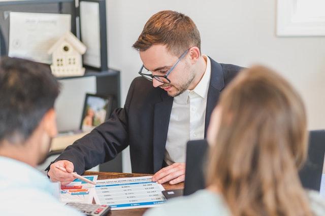 Un agent immobilier discutant avec ses clients.