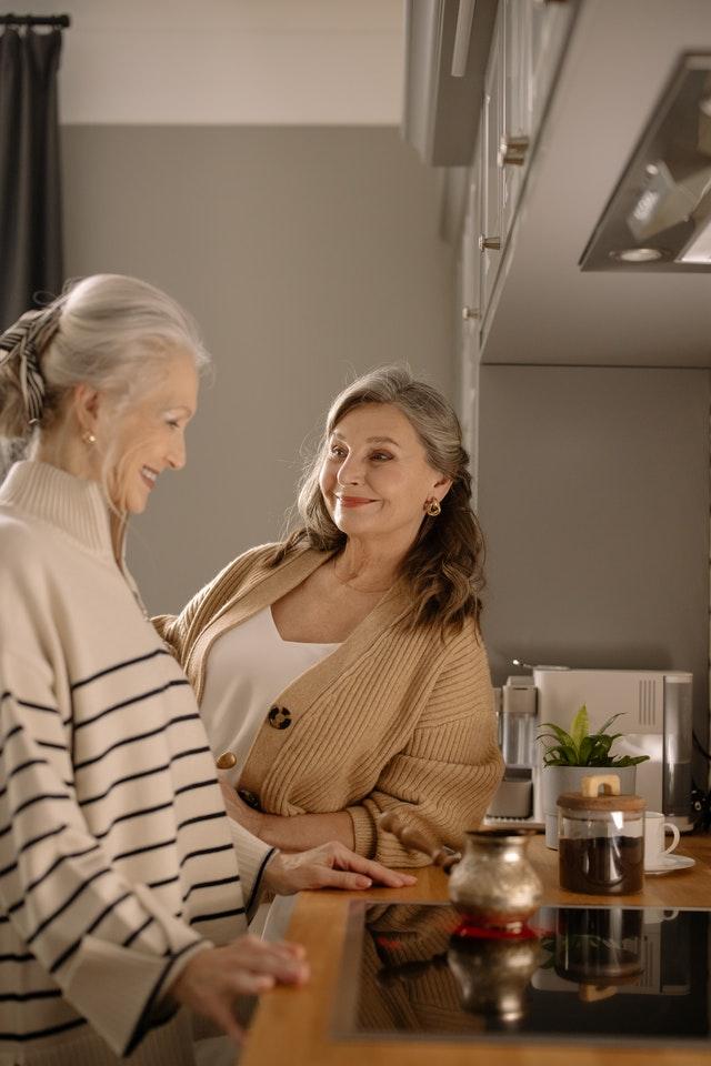 Deux femmes âgées entrain de cuisiner